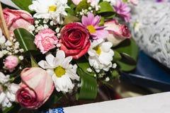 Ślubne dekoracje kwiaty, kosze, tort dla pann młodych fotografia stock