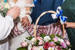 Ślubne dekoracje kwiaty, kosze, tort dla pann młodych zdjęcie stock
