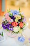 Ślubne dekoracje przy restauracją z wszystkie kwiatami i pięknem Zdjęcia Stock