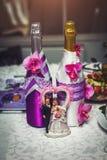 Ślubne figurki z szampanem Fotografia Royalty Free