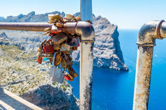 Ślubne kłódki na poręczu przy Mirador Colomer, Mallorca, Hiszpania Fotografia Royalty Free
