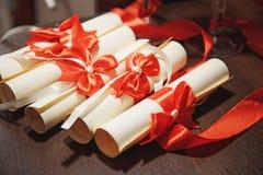 Ślubne karty zawijać w czerwonym faborku Zdjęcia Stock