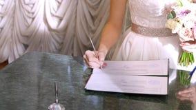 Ślubne tradycje, ceremonie panny młodej ceremonii kwiatu ślub nowożeńcy podpisują wewnątrz małżeństwo dokumenty, małżeństwa świad zdjęcie wideo