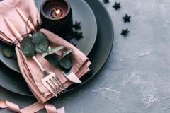 Ślubnego gościa restauracji projekt Lekkiego pastelu barwiony tableware ustawiający: talerz, Fotografia Royalty Free