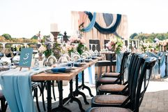 Ślubnego wydarzenia dekoraci plenerowy ustawianie, pogodny letni dzień zdjęcie stock