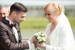 ślubnej ceremonii elegancka para w antycznym kościół Zdjęcia Stock