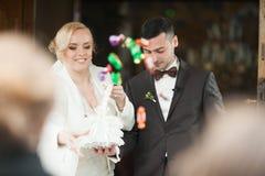 ślubnej ceremonii elegancka para w antycznym kościół Obrazy Stock