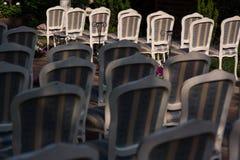 Ślubnej ceremonii krzesła układający w rozkazie Fotografia Stock