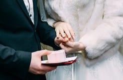 Ślubnej ceremonii panny młodej fornal stawia złotego pierścionku palec fotografia royalty free