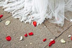 Ślubnej sukni i kwiatu płatki Zdjęcie Royalty Free