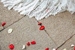 Ślubnej sukni i kwiatu płatki Obrazy Royalty Free
