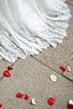 Ślubnej sukni i kwiatu płatki Obraz Royalty Free