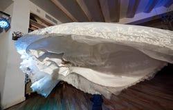 Ślubnej sukni spódnica panna młoda w rękach fornal zdjęcia royalty free