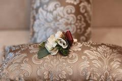 Ślubni akcesoria bukiet, pachnidło i bridal akcesoria bridal, poślubia szczegóły na drewnianym tle Zdjęcia Stock