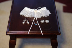 Ślubni akcesoria na Drewnianym stole zdjęcie royalty free