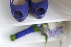 Ślubni bukieta i panny młodej buty Obrazy Royalty Free