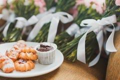 Ślubni bukiety i ciastko Obraz Royalty Free
