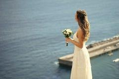 Ślubni obowiązek domowy Ładna dziewczyna lub piękna panna młoda na błękitnym morzu Obrazy Royalty Free