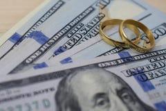 Ślubni prezenty nowożeńcy przy ślubem, pieniędzy dolarami i obrączkami ślubnymi, obraz stock
