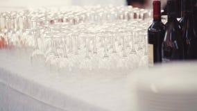 Ślubni przygotowania dla gościa restauracji Słuzyć eleganckiego stołowego décor Puści szkła i butelka Włoski wino, biała zdjęcie wideo