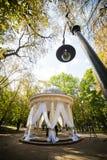 Ślubni wystrojów trendy gazebo, lato dom w ślubnym wystroju po środku parka, Fotografia Stock