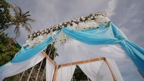 Ślubny łuk dekorował z kwiatami i ampułą rozwija tkaniny na tropikalnej plaży Filipiny Bohol zbiory wideo
