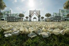 Ślubny łuk dekorujący z bielem i zielenią kwitnie outdoors Jest obrazy royalty free