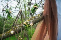 Ślubny łuk Dekorujący z tkaniną, kapuje i kwitnie zdjęcia royalty free