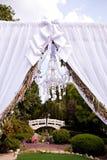 Ślubny łuk z świecznikiem obrazy stock