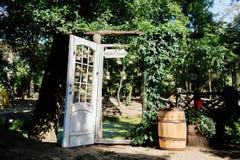 Ślubny łuk z białym drzwi przerastającym z bluszczem zdjęcia royalty free