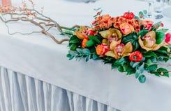 Ślubny bankiet jesieni styl Skład czerwień, pomarańcze, kolor żółty, zielona pozycja na białym stole przyjęcie weselne Orchidea,  fotografia stock