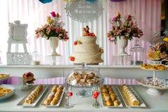 ślubny bufet z przekąskami i kwiatem zdjęcie royalty free
