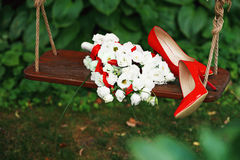 Ślubny bukiet białe róże patentowy le, czerwoni faborki i czerwień Obraz Stock