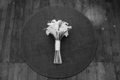 Ślubny bukiet biali kwiaty kłama na round stole Zdjęcia Stock