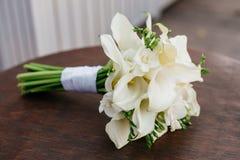 Ślubny bukiet biali kwiaty kłama na round stole Zdjęcia Royalty Free