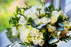 Ślubny bukiet dekoruje z białymi różami Fotografia Stock