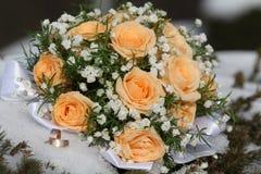 Ślubny bukiet i pierścionki fotografia royalty free