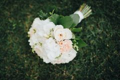 Ślubny bukiet kłaść na trawie Zdjęcie Stock