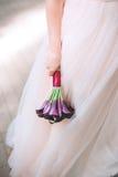 Ślubny bukiet kalia bukiet kwiatów purpurowy Piękny ślubny bukiet w panny młodej ` s rękach Fotografia Royalty Free