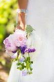 Ślubny bukiet menchie, fiołek i błękit, kwitnie w ręce panna młoda Zdjęcie Royalty Free