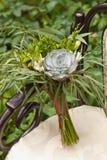 Ślubny bukiet przy rocznika krzesłem Zdjęcia Stock