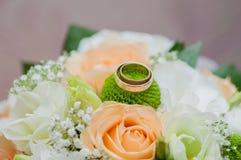 Ślubny bukiet róże i pierścionki Zdjęcia Stock