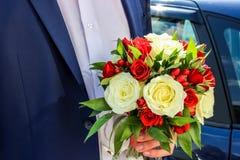 Ślubny bukiet w ręce fornal Fotografia Stock