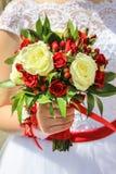 Ślubny bukiet w ręce panna młoda Zdjęcie Stock