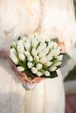 Ślubny bukiet w rękach panna młoda Zdjęcia Stock