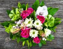 Ślubny bukiet z różami i biel gerberas na starym drewnianym t Obrazy Royalty Free