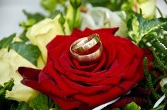 ślubny bukiet z różami i pierścionkami od Damaszek stali zdjęcia royalty free