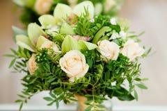 Ślubny bukiet z różami i zielonymi cymbidium orchideami Fotografia Stock