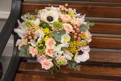 Ślubny bukiet z różnymi kwiatami zdjęcie stock