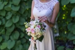Ślubny bukiet z różowymi różami i greenery Obrazy Royalty Free